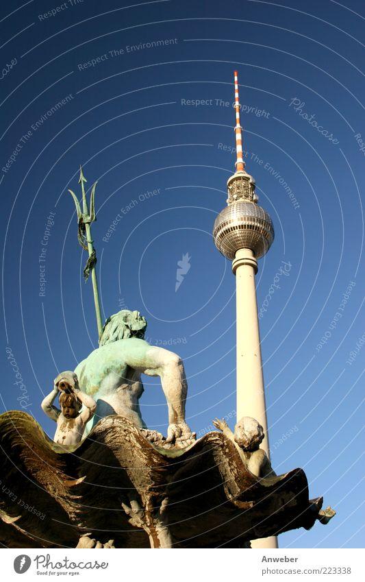 Neptuns Dreizack vs Berliner Einzack Himmel grün Stadt blau Gebäude Architektur Deutschland hoch Platz Europa ästhetisch Turm Spitze Kugel