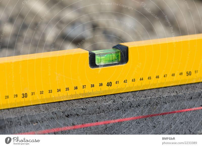 Ins Wasser setzen gelb Garten Arbeit & Erwerbstätigkeit Linie Zufriedenheit Baustelle planen Beruf Handwerk Terrasse Werkzeug bauen Handwerker einrichten