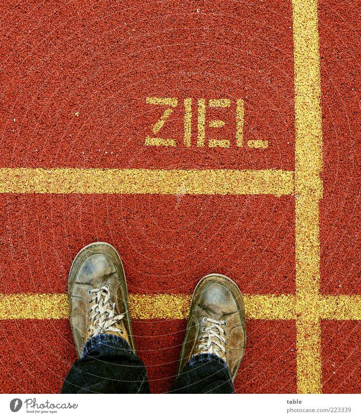 geschafft... Lifestyle Schilder & Markierungen Markierungslinie Mensch maskulin Mann Erwachsene Fuß 1 Fußgänger Jeanshose Schuhe ausgelatscht Kunststoff Zeichen