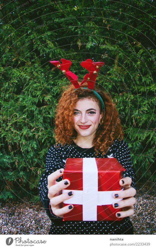 Junge Frau, die eine Weihnachtsgeschenkbox hält Lifestyle kaufen Stil Freude schön Leben Feste & Feiern Weihnachten & Advent Silvester u. Neujahr Mensch feminin