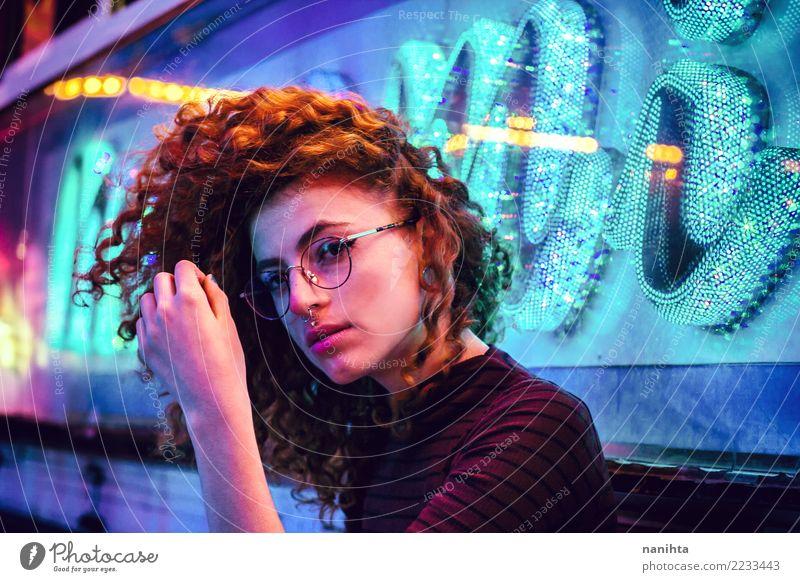 Junge Frau nachts Party mit Neonlichtern Mensch Jugendliche schön dunkel 18-30 Jahre Erwachsene Leben Lifestyle feminin Stil Feste & Feiern frei retro