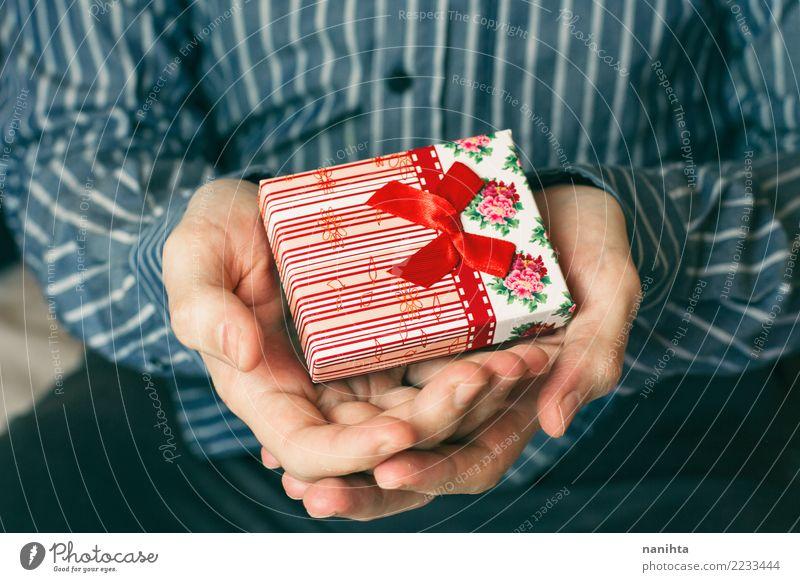 Hände des Mannes, die eine Geschenkbox halten Mensch Weihnachten & Advent blau weiß Hand rot Freude Erwachsene Liebe Glück Feste & Feiern Freundschaft maskulin