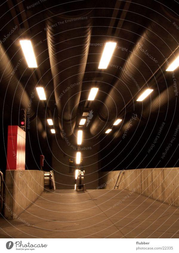 neon beton II Untergrund Licht abwärts Leuchtstoffröhre unterirdisch Beton Verkehrsmittel U-Bahn Architektur abgang Perspektive