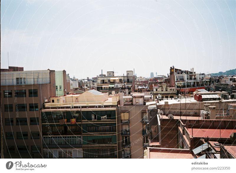 Häuser Skyline Haus Rathaus Gebäude Architektur Balkon Terrasse Fenster Dach bauen mehrfarbig Kultur Barcelona Blick Farbfoto Menschenleer Tag Licht High Key