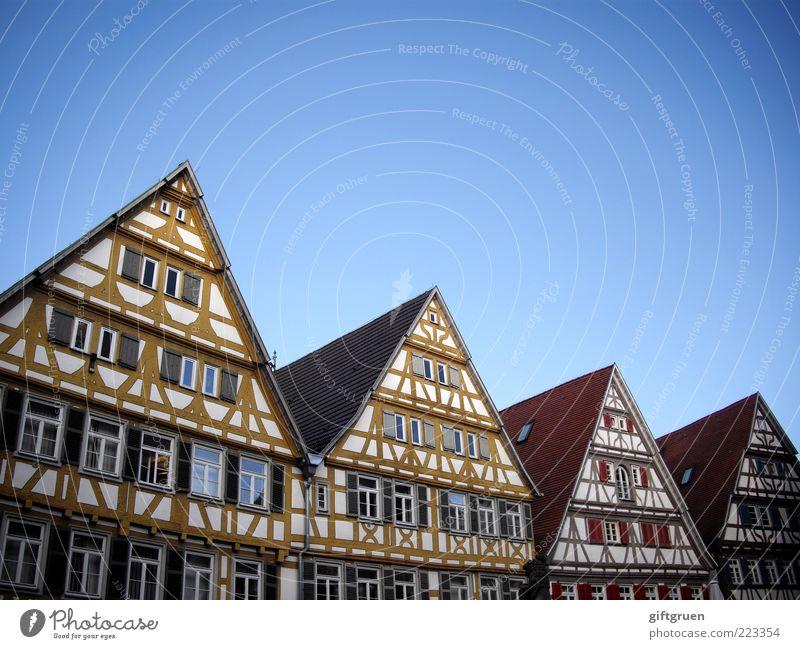knusperhäuschen Dorf Kleinstadt Stadt Stadtzentrum Altstadt Skyline Menschenleer Haus Bauwerk Gebäude Architektur Mauer Wand Fassade Fenster Dach Himmel