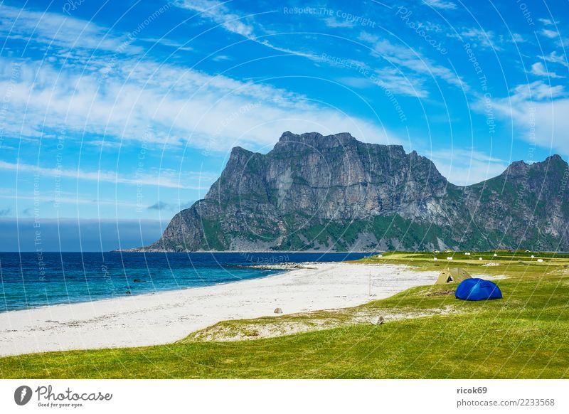 Utakleiv Beach auf den Lofoten in Norwegen Ferien & Urlaub & Reisen Tourismus Camping Strand Meer Berge u. Gebirge Natur Landschaft Wasser Wolken Gras Wiese