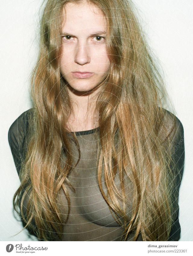 Mensch Frau Jugendliche schön Erwachsene feminin Stil Mode braun Körper natürlich Bekleidung Junge Frau T-Shirt fantastisch dünn