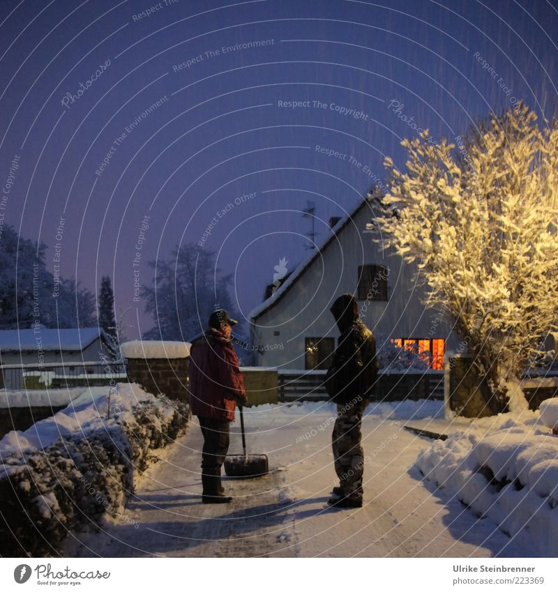 Wintersport Schnee Mensch maskulin Junger Mann Jugendliche 2 Eis Frost Baum Einfamilienhaus Wege & Pfade Jacke Mütze Kapuze stehen schaufeln Schneeschaufel