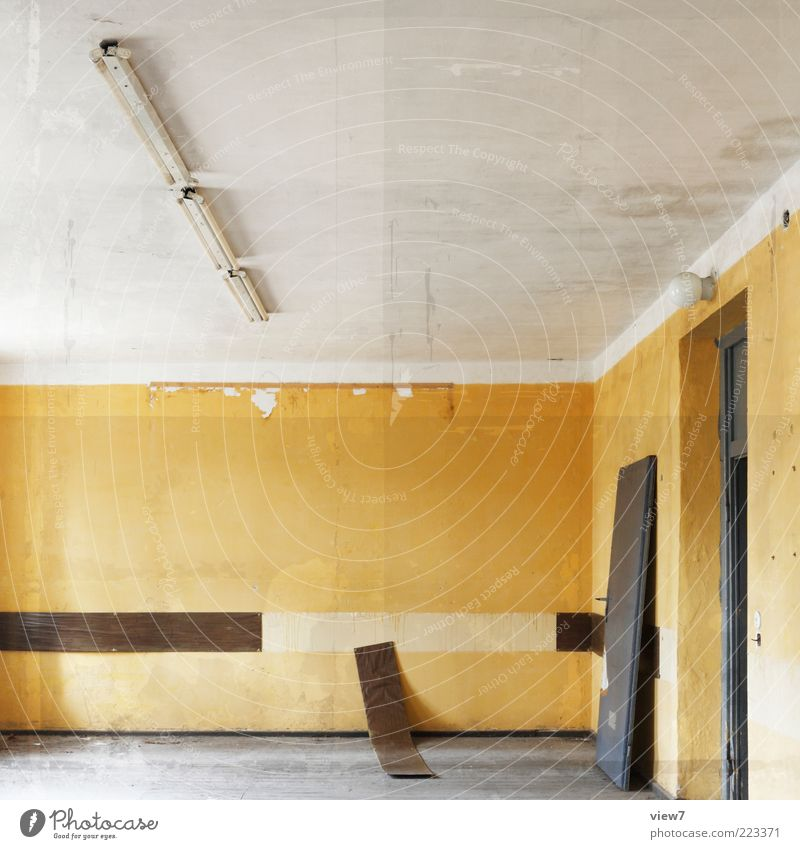 Elemente Innenarchitektur Raum Mauer Wand Tür Stein Beton Streifen alt authentisch dünn einfach trist gelb Traurigkeit ästhetisch Einsamkeit Ordnung rein Ferne