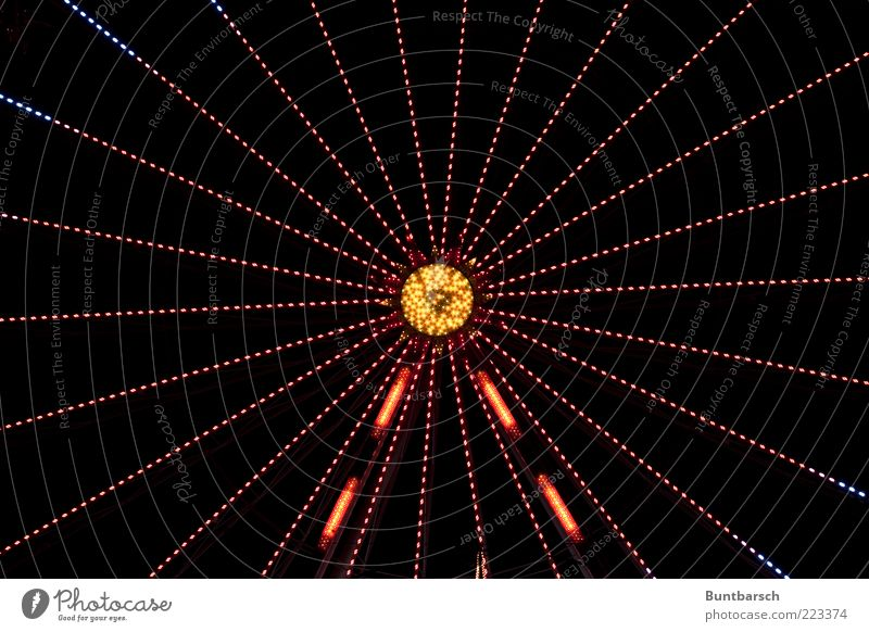 starlight blau rot gelb Bewegung hell glänzend gold Mitte leuchten drehen Symmetrie Vorfreude Genauigkeit Muster Riesenrad Karussell