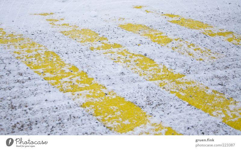 gestreifter Schnee Winter Straße Luftverkehr Flughafen Flugplatz Landebahn gelb weiß Streifen parallel Farbfoto Außenaufnahme Nahaufnahme Menschenleer Tag