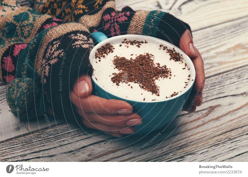 Frauenhände, die großes Cup Cappuccinokaffee umarmen Getränk trinken Heißgetränk Kaffee Latte Macchiato Becher Mensch feminin Junge Frau Jugendliche Erwachsene