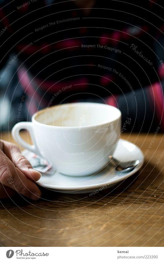 Tasse leer Getränk Heißgetränk Kaffee Löffel Kaffeetasse Milchkaffee Tisch trinken Mensch maskulin Hand Finger 1 sitzen braun weiß Kaffeetrinken Kaffeepause