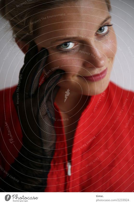 . feminin Frau Erwachsene 1 Mensch Kleid Handschuhe blond beobachten Lächeln Blick schön Zufriedenheit Lebensfreude Wachsamkeit Farbfoto Innenaufnahme Porträt