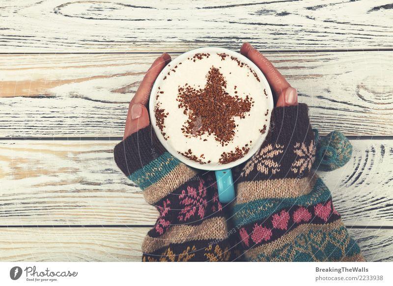 Frauenhände, die großes Cup Cappuccinokaffee umarmen Frühstück Kaffeetrinken Getränk Heißgetränk Latte Macchiato Tasse Becher Mensch feminin Junge Frau