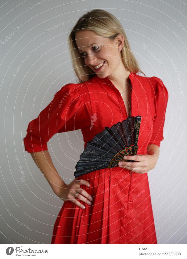 . Frau Mensch schön Erwachsene Leben feminin Bewegung lachen Glück elegant ästhetisch blond stehen Lächeln Fröhlichkeit Lebensfreude