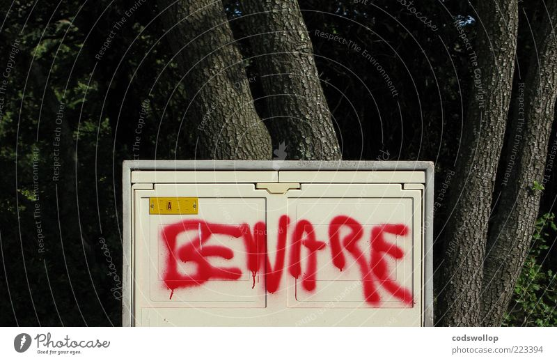 horror business rot grau Graffiti Angst gefährlich Schriftzeichen bedrohlich Zeichen Kasten Baumstamm Hinweis Baumrinde Warnung Englisch Schmiererei