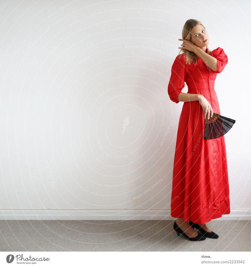 . Raum feminin Frau Erwachsene 1 Mensch Kleid Fächer Schuhe blond langhaarig beobachten festhalten Blick stehen Neugier schön Wärme Willensstärke Wachsamkeit