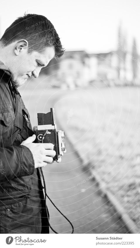 Motivsuche maskulin Mann Erwachsene Kopf Hand 1 Mensch beobachten Fotografieren Sucher Mittelformat historisch alt analog Kinnbart Jacke kalt Fußweg