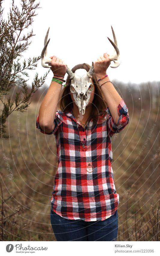 Die Bock Mensch Natur Wiese Tod kalt träumen Angst Arme Wildtier bedrohlich einzigartig Jeanshose Tiergesicht Maske geheimnisvoll dünn
