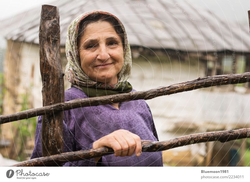 Porträt einer älteren muslimischen Frau an einem regnerischen Tag, ländliche Gegend Lifestyle Stil Leben Ferien & Urlaub & Reisen Haus Mensch feminin Erwachsene