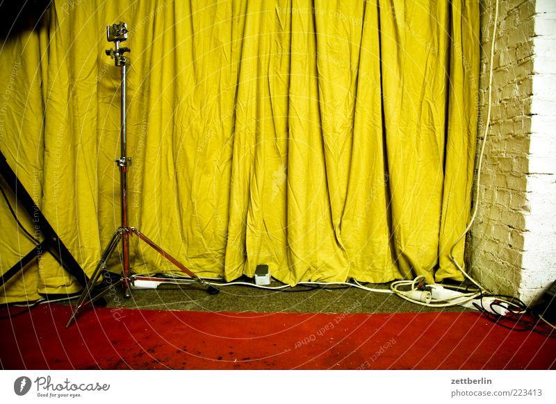 Probenraum rot gelb Musik Mauer Metall Freizeit & Hobby Kultur Kabel Bühne Vorhang Mikrofon Teppich Isolierung (Material) Faltenwurf Stativ