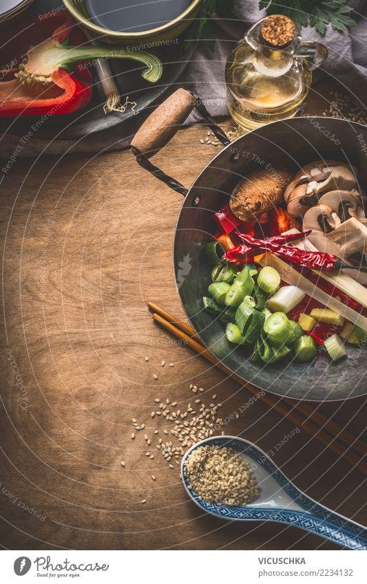 Wok Topf mit vegetarischen Zutaten. Asiatische Küche Lebensmittel Gemüse Kräuter & Gewürze Öl Ernährung Mittagessen Abendessen Büffet Brunch