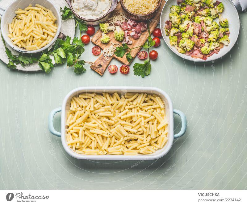 Nudelauflauf mit Brokkoli und Schinken zubereiten Foodfotografie Stil Lebensmittel Häusliches Leben Design Ernährung Tisch Küche Gemüse Bioprodukte Geschirr