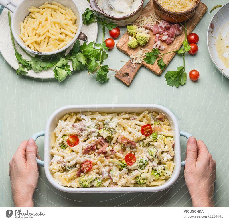 Nudelauflauf mit Gemüse und Schinken Frau Hand Erwachsene feminin Stil Lebensmittel Design Ernährung Tisch Kräuter & Gewürze Küche Geschirr Essen zubereiten