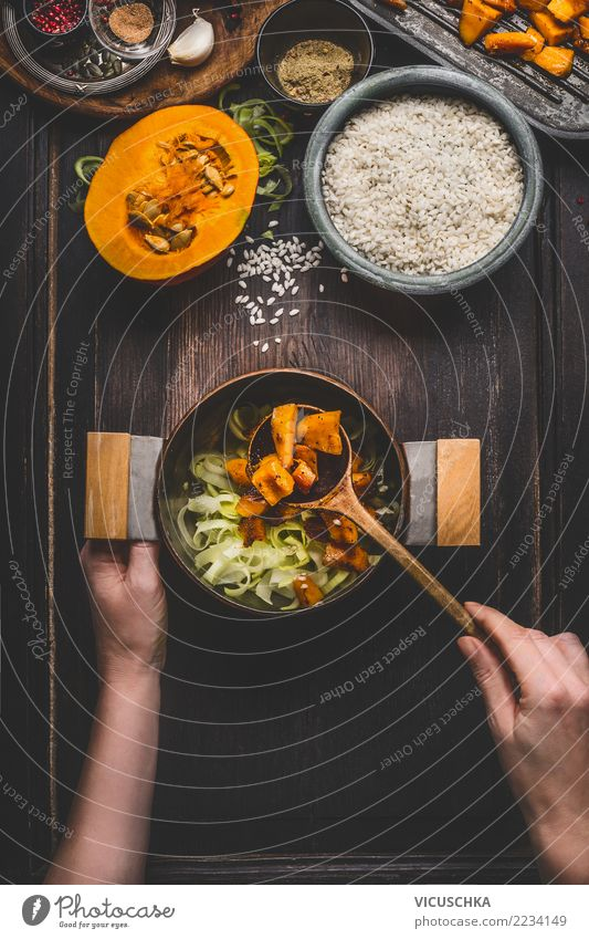 Kürbis Risotto kochen Frau Gesunde Ernährung Hand Foodfotografie feminin Stil Lebensmittel Design Tisch Kräuter & Gewürze Küche Gemüse Geschirr Essen zubereiten