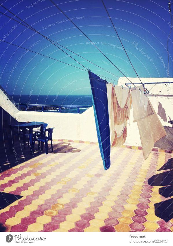 wissen wo das handtuch hängt Ferne Wolkenloser Himmel Sommer Schönes Wetter Meer Accessoire trocken Schutz Marokko Fliesen u. Kacheln Wäscheleine Handtuch