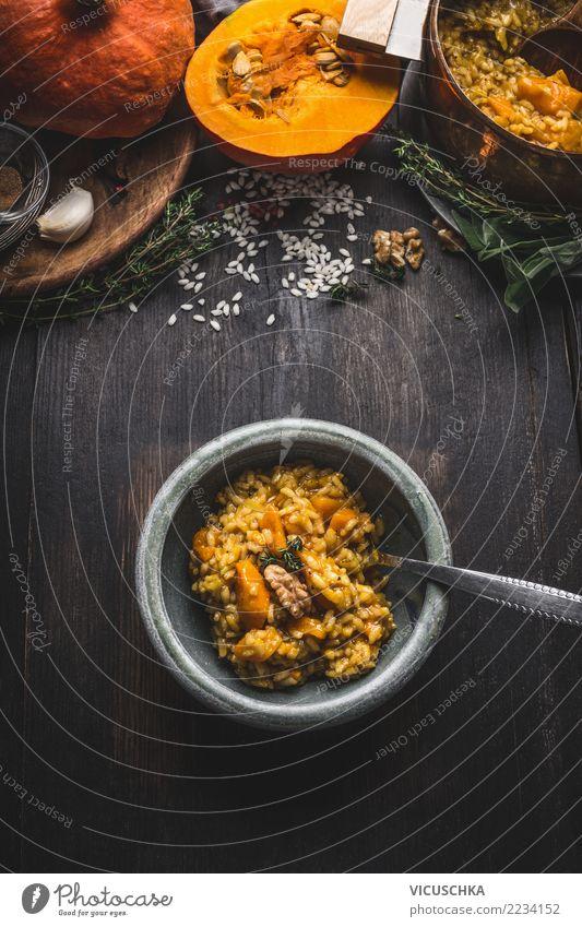Kürbis Risotto in Schüssel mit Löffel und Zutaten Lebensmittel Gemüse Ernährung Mittagessen Abendessen Festessen Bioprodukte Vegetarische Ernährung Geschirr