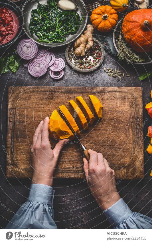 Weibliche Hände schneiden Kürbis Lebensmittel Gemüse Suppe Eintopf Kräuter & Gewürze Ernährung Bioprodukte Vegetarische Ernährung Diät Geschirr Messer Stil