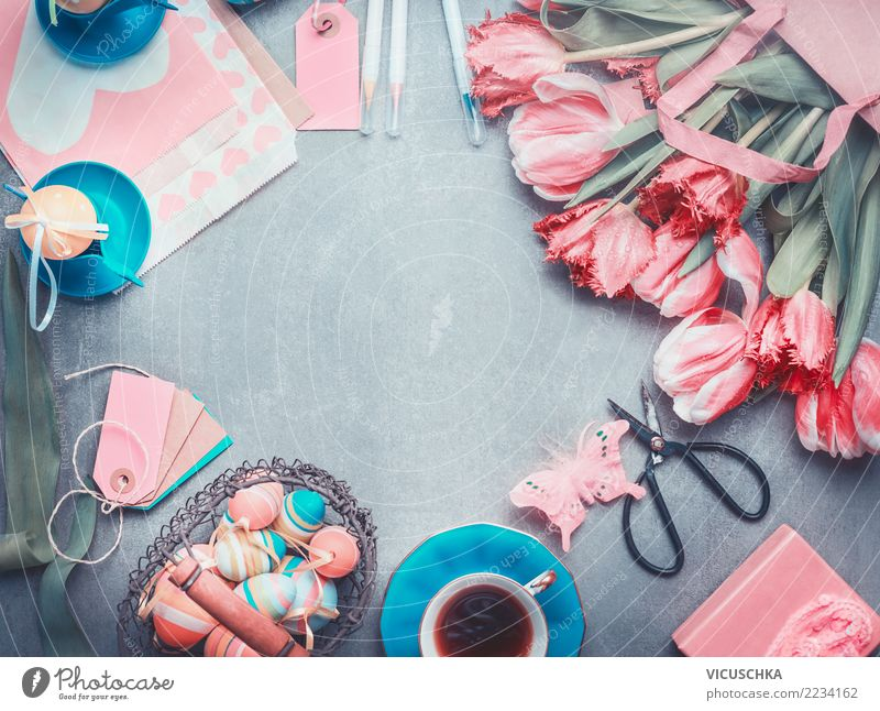 Tulpen mit Schere, Korb mit Ostereier auf dem Tisch Stil Design Häusliches Leben Dekoration & Verzierung Ostern Frühling Blumenstrauß Schleife Zeichen schön