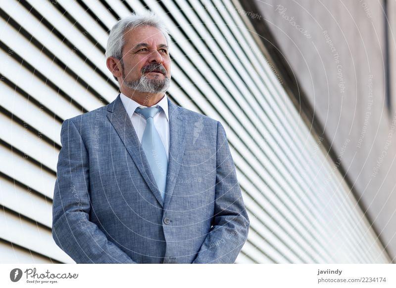 Mensch Mann alt Erwachsene Senior Gebäude Glück Business maskulin Büro elegant 45-60 Jahre stehen 60 und älter Lächeln Arme