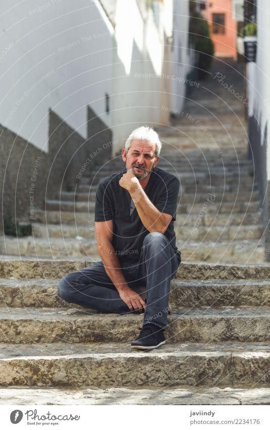 Reifer Mann, der auf Schritten in der Straße sitzt. Lifestyle Glück Mensch maskulin Erwachsene Männlicher Senior 1 45-60 Jahre 60 und älter Bekleidung Vollbart