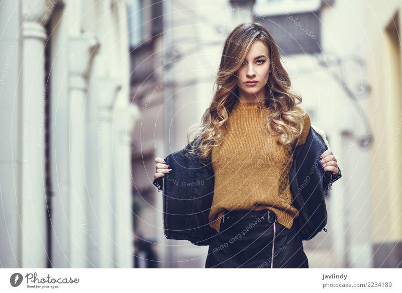 Blonde Frau im städtischen Hintergrund. Mensch Jugendliche Junge Frau schön weiß Winter 18-30 Jahre Gesicht Erwachsene Straße Lifestyle Herbst feminin Stil