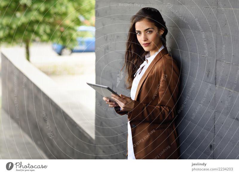 Frau mit Tablet-Computer außerhalb eines Bürogebäudes. Mensch Jugendliche Junge Frau schön 18-30 Jahre Erwachsene feminin Gebäude Business Haare & Frisuren Mode