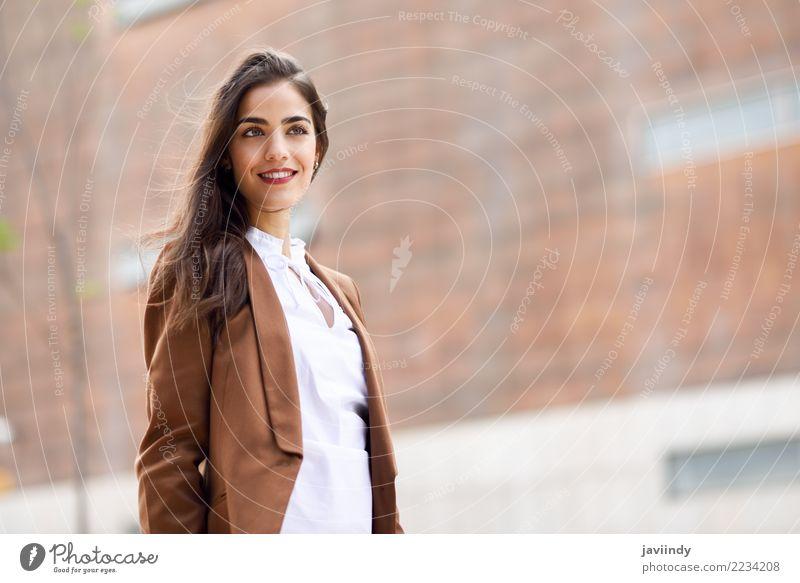 Frau Mensch Jugendliche Junge Frau schön 18-30 Jahre Erwachsene feminin Gebäude Glück Business Haare & Frisuren Büro modern stehen Lächeln