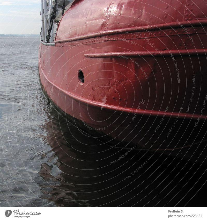 Dickbauch auf der Elbe Wasser rot schwarz dunkel Metall braun groß Fluss rund Elbe Schiffsbug Binnenschifffahrt Feuerlöschboot