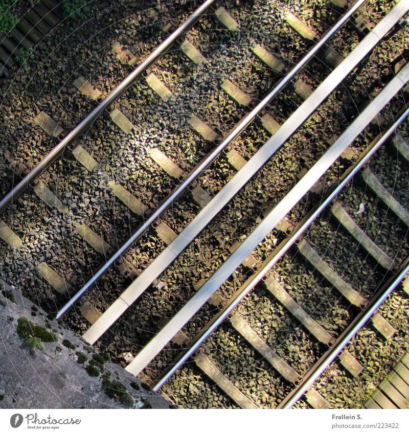 zurücktreten bitte! Brücke Gleise Sand Beton Metall diagonal Linie Farbfoto Außenaufnahme Schatten Vogelperspektive Menschenleer Kabel parallel Tag