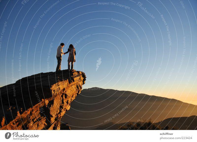 Liebe, tiefgründig Mensch Paar Partner 2 Natur Urelemente Himmel Wolkenloser Himmel Schönes Wetter Felsen Berge u. Gebirge entdecken stehen Tapferkeit Mut