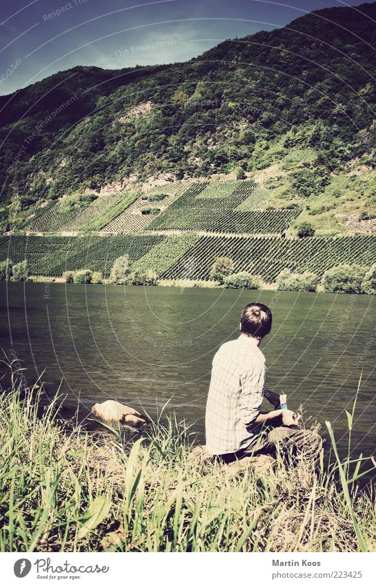 Am Fluss Mensch Natur Ferien & Urlaub & Reisen ruhig Einsamkeit Leben Landschaft Stein Traurigkeit Zufriedenheit sitzen warten maskulin Abenteuer Perspektive