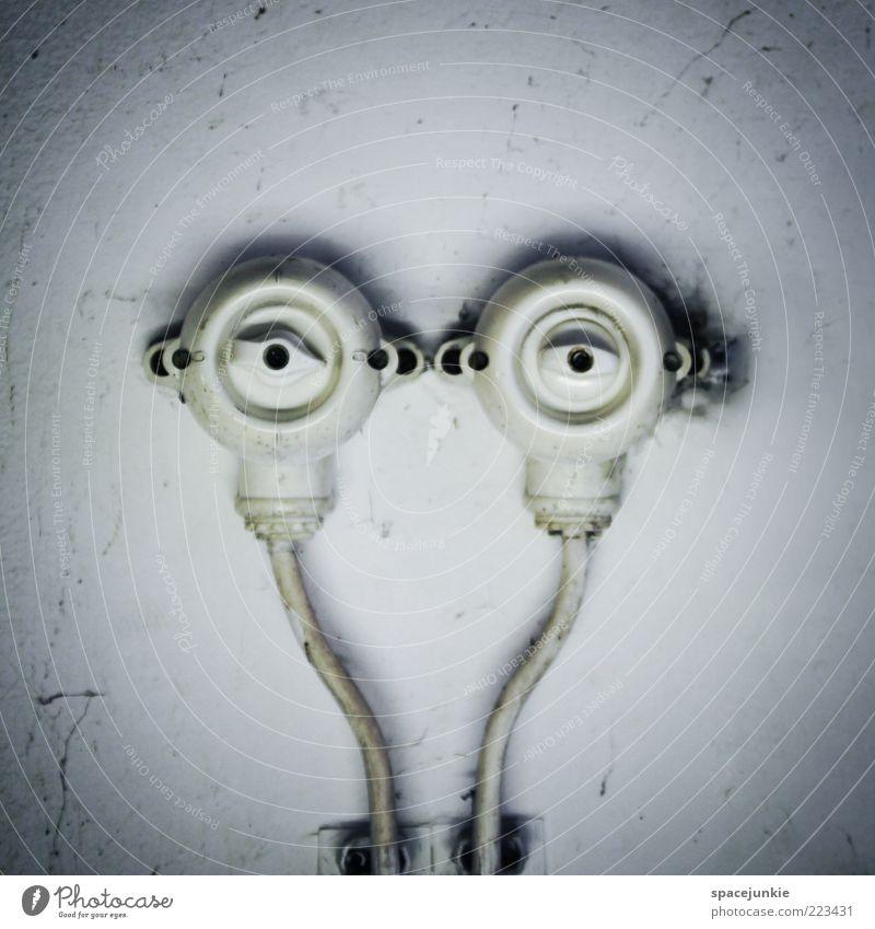 Der Beobachter alt Gesicht Auge Wand lustig Energie Energiewirtschaft Elektrizität rund Kabel außergewöhnlich Leitung Surrealismus Humor Schalter