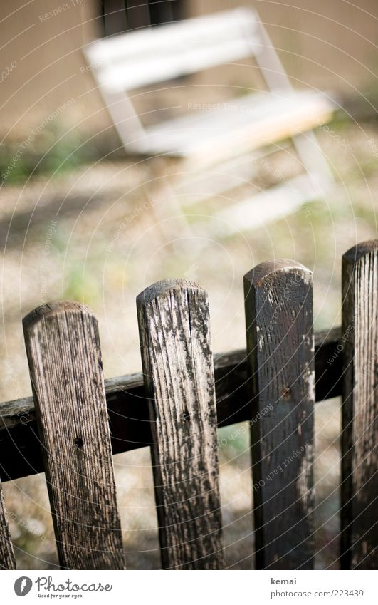 Übern Zaun schauen alt weiß Holz hell Freizeit & Hobby authentisch Bank Holzbrett gemütlich Terrasse verwittert abblättern Rastplatz Zaunpfahl Holzzaun