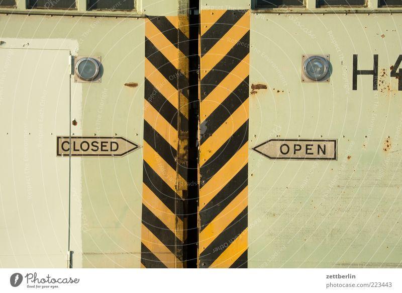 CLOSED/OPEN H 4 schwarz gelb Architektur Gebäude Tür Schilder & Markierungen geschlossen offen Schriftzeichen Streifen Buchstaben Bauwerk Pfeil Tor Richtung Warnhinweis