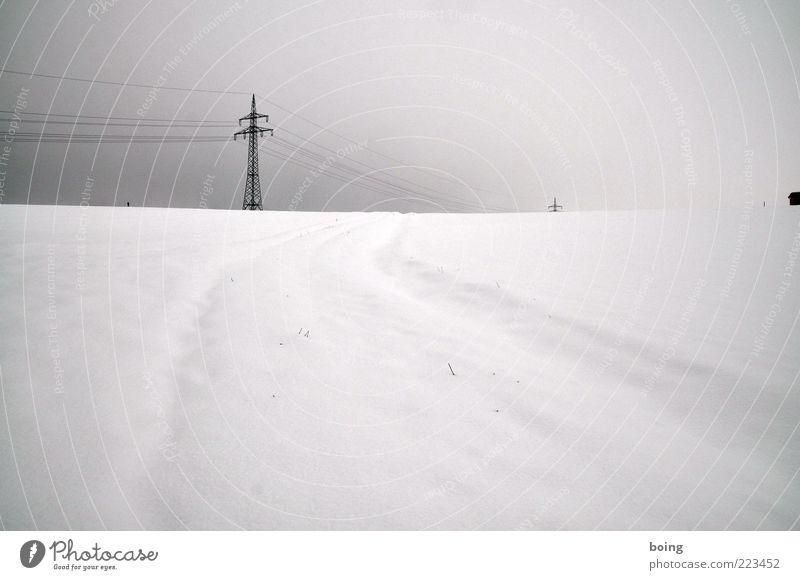 California Winter Schnee Strommast Schwarzweißfoto Außenaufnahme Menschenleer Spuren Schneedecke Hochspannungsleitung Tag