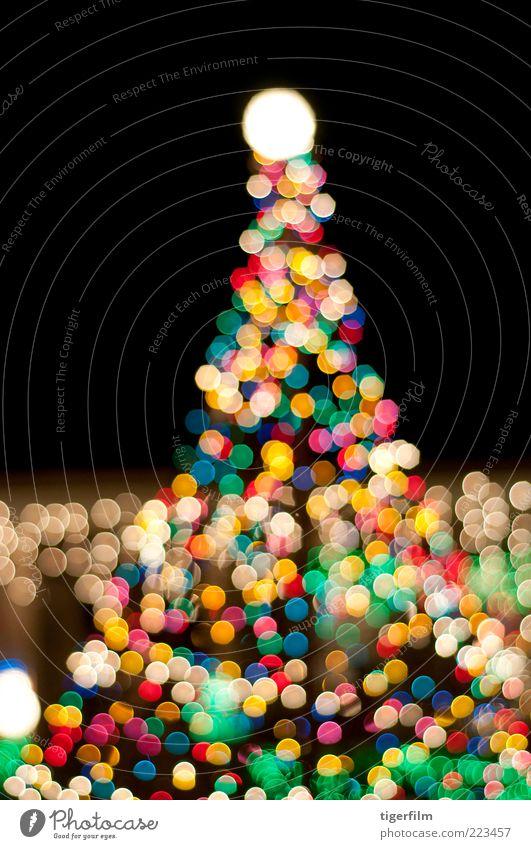 Weihnachtsbaum in der Nacht Weihnachten & Advent leuchten erhellenden bestrahlen mehrfarbig abstrakt Strukturen & Formen Nachthimmel dunkel Abend Lampe Farbe