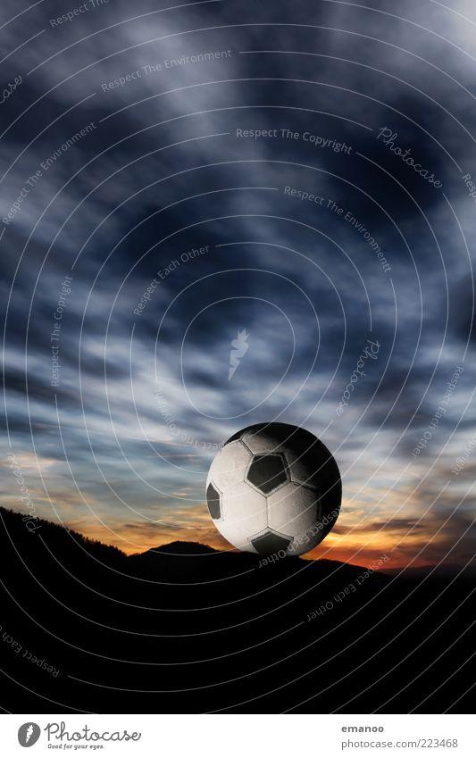 sky ball Himmel blau Sonne Wolken dunkel Sport Spielen Berge u. Gebirge Zufriedenheit Fußball liegen außergewöhnlich rund retro Ball
