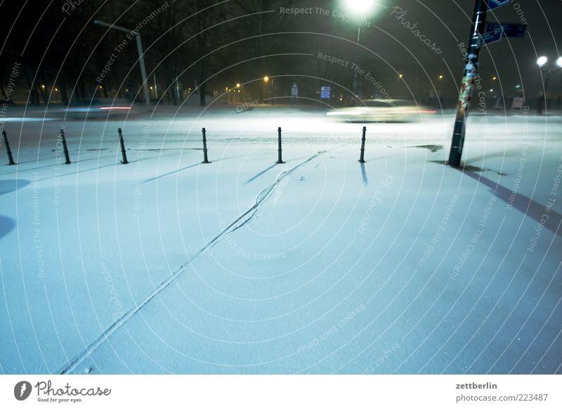 Winter Wetter Stadt Park Platz Verkehr Straße PKW dunkel kalt Dezember Schneedecke Spuren Langzeitbelichtung Neuschnee Nachtfahrt Geschwindigkeit Farbfoto